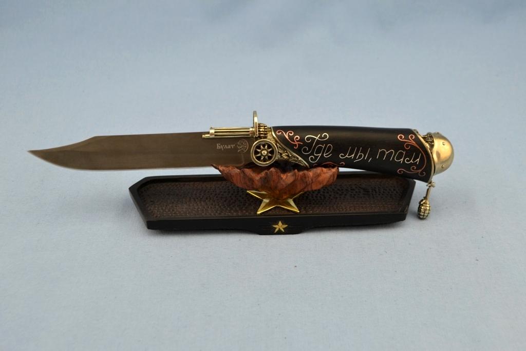 """Нож """"Разведчик"""" (Булат, художественное литье мельхиор, мореный граб, инкрустация серебром) на подставке"""